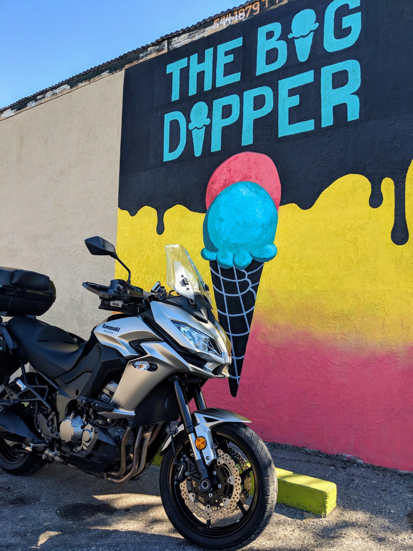 La Kawasaki Versys 1000 in posa davanti a un colorato murale che promuove una gelateria locale nello stesso edificio a Escalon, nella Central Valley californiana. La gelateria ovviamente si chiama The Big Dipper.