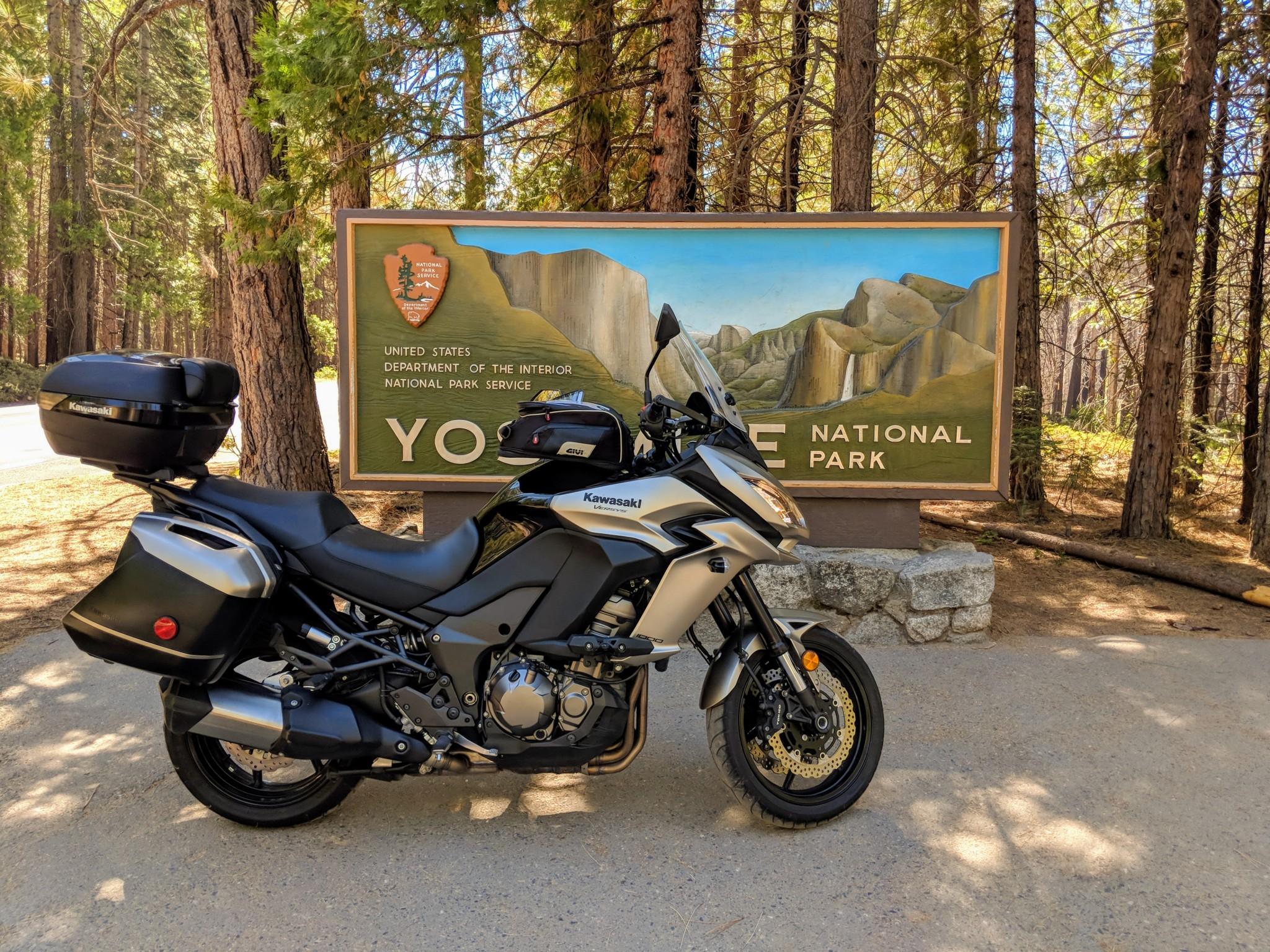 """La kawasaki Versys 1000 davanti al vistoso cartellone che annuncia l'ingresso """"Big Oak Flat"""" del famoso parco nazionale di Yosemite"""