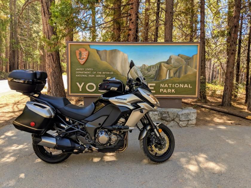 """Il vistoso cartellone che annuncia l'ingresso """"Big Oak Flat"""" del parco di Yosemite"""