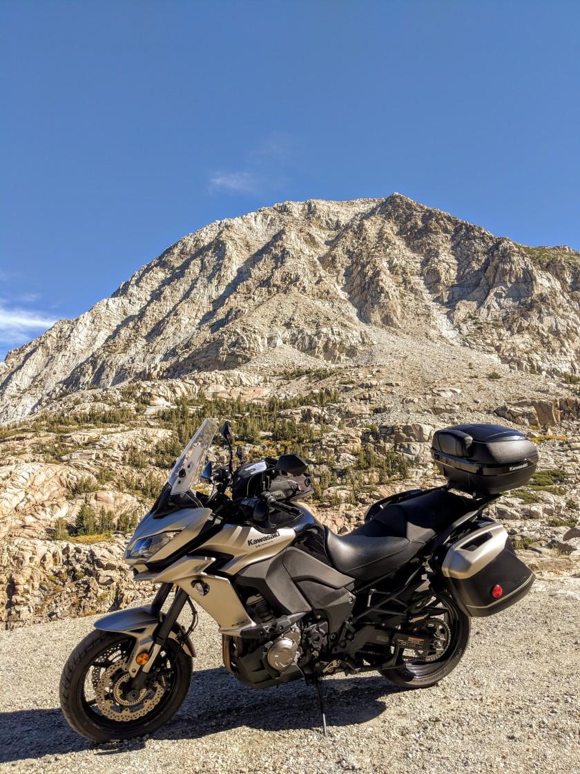 L'ultima discesa della strada del passo Tioga, attraversa una valle ripidissima circondata da monti di nuda roccia.