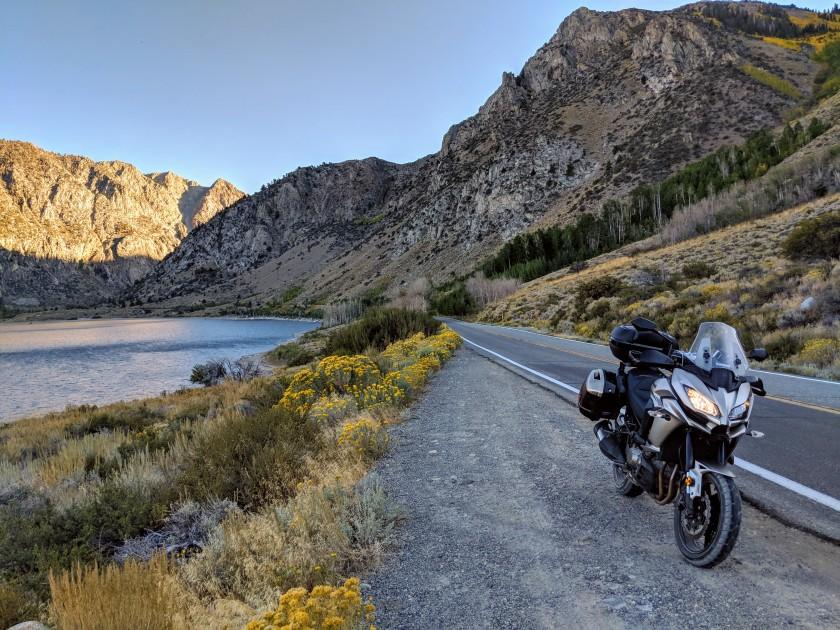 In una valle laterale si nasconde un gruppo di tre laghetti d'acqua dolce visitabili percorrendo il June Lake Loop. Un percorso di poche miglia che li costeggia.