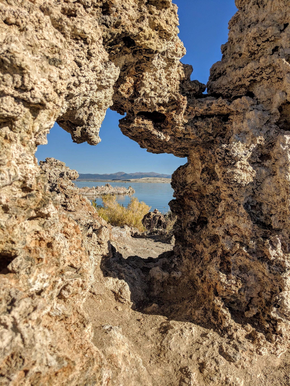 Il Mono Lake e' un lago salato con una forte concentrazione di sali e minerali. In queste condizioni particolari nell'acqua si creano spontaneamente dei punti di accumulo che prendono la forma di torri di tufo che si sviluppano dal fondo del lago.