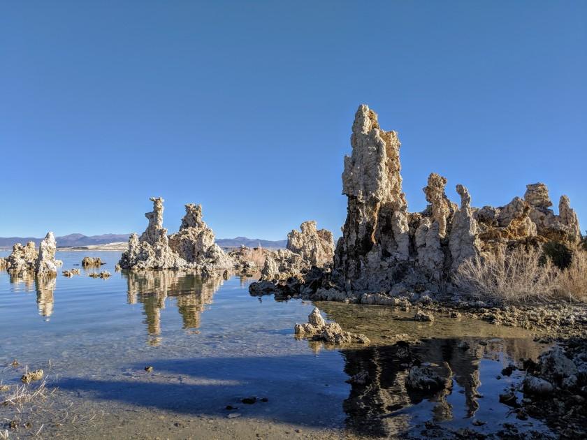 Le torri di tufo che salgono dalle acque del Mono lake creano paesaggi surreali di grande spettacolarità.