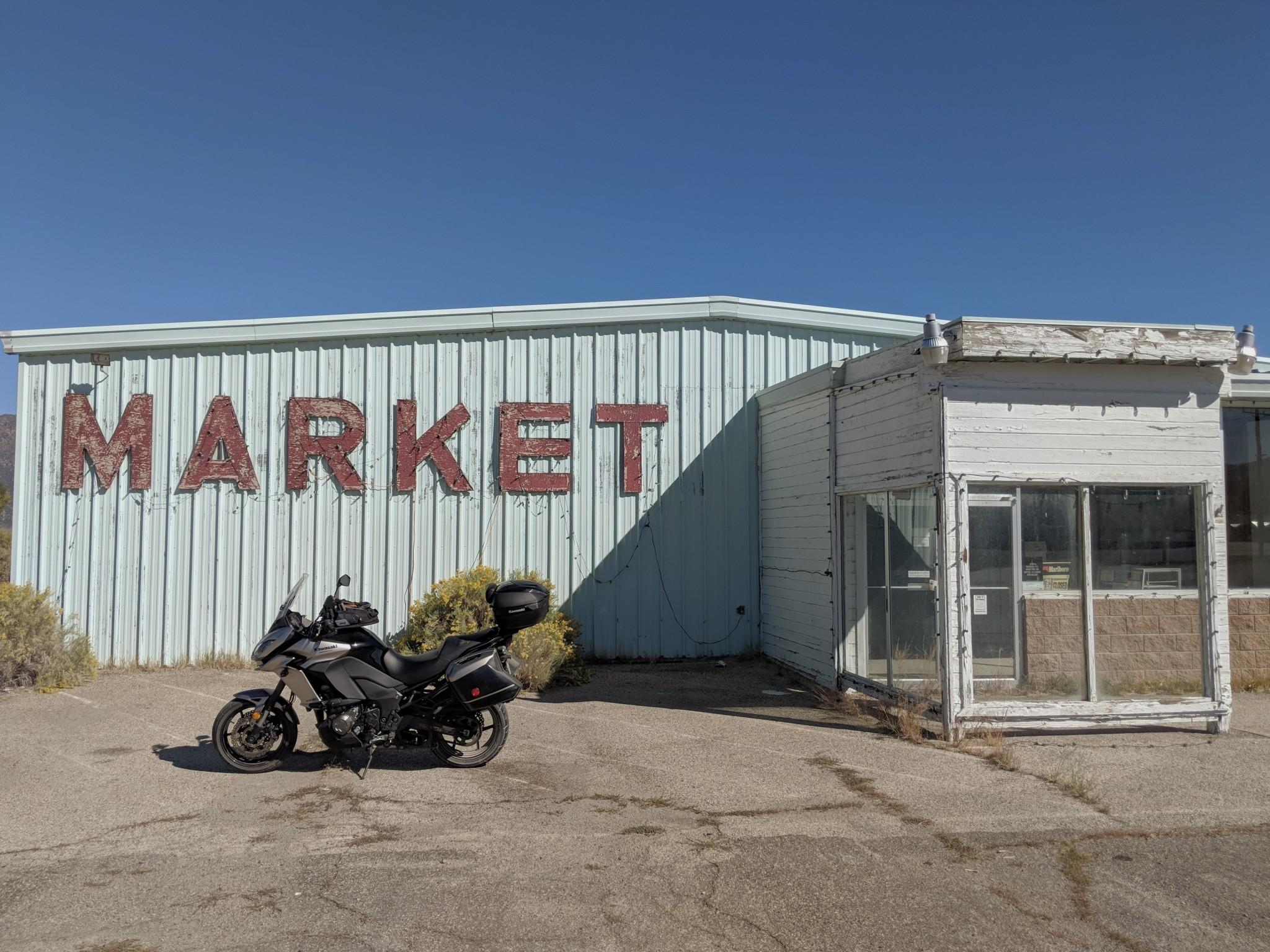 Un supermercato abbandonato ai limiti dell'abitato di Bridgeport si presta perfettamente per una foto che ricrei una certa immagine dell'America. Uno sfondo ideale per una foto alla Kawasaki Versys 1000.