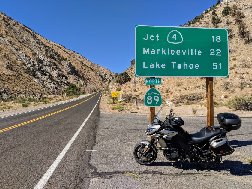 L'avvio della Route 89 che con mille curve porta dalle vallate del bacino idrografico di Mono Lake verso gli alti passi della Sierra.