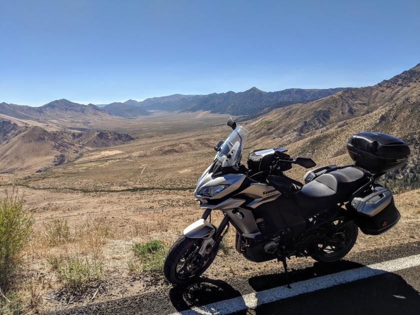 Salendo da Topaz lake verso la Sierra si possono osservare vastissime vallate inabitabile e ben poso utilizzabili per l'allevamento a causa del terreno estremamente arido e dell'altitudine elevata.