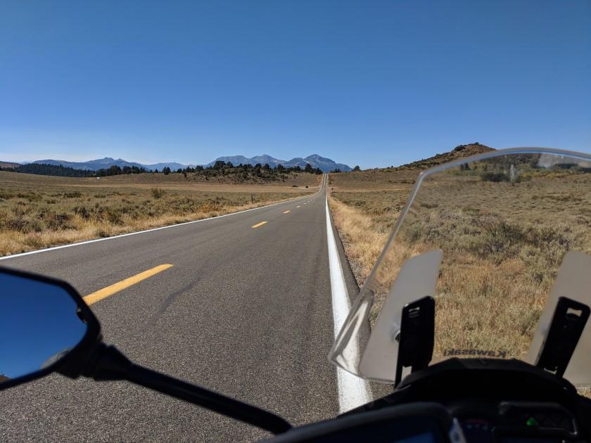 La route 89 in altitudine entra nella contea Alpine e il paesaggio gradualmente muta rispecchiano livelli di precipitazioni gradualmente piu' intensi.