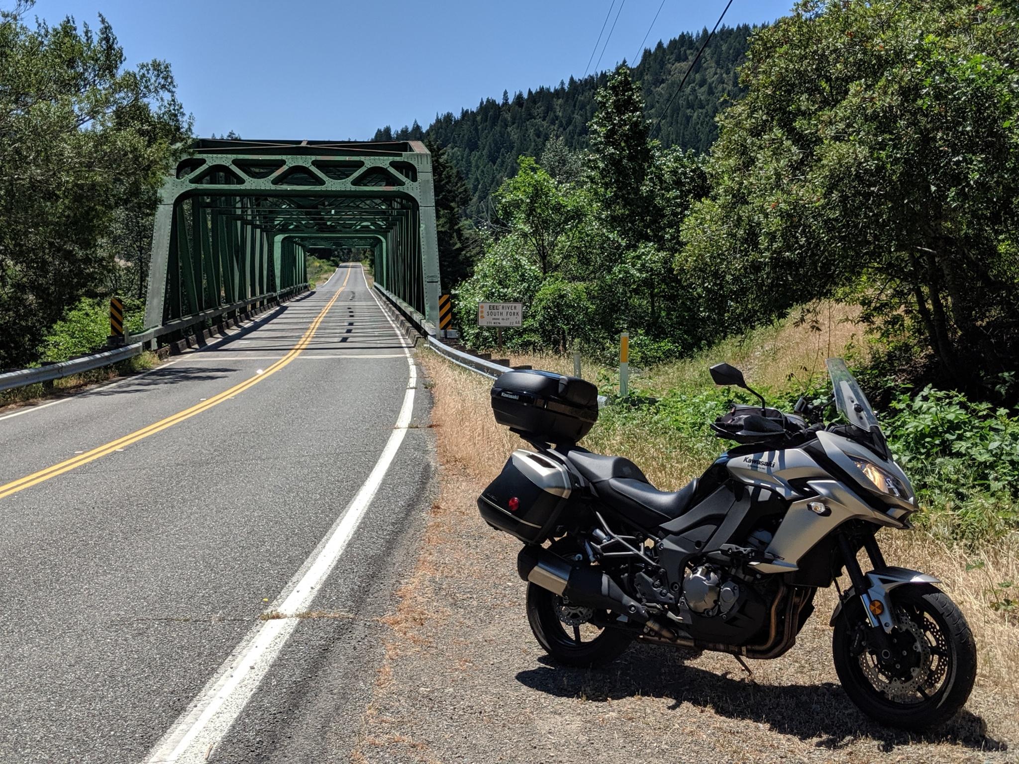 Il Ponte sul South Fork Eel River a Cooks Valley, CA. La Kawasaki Versys sempre in primo piano.
