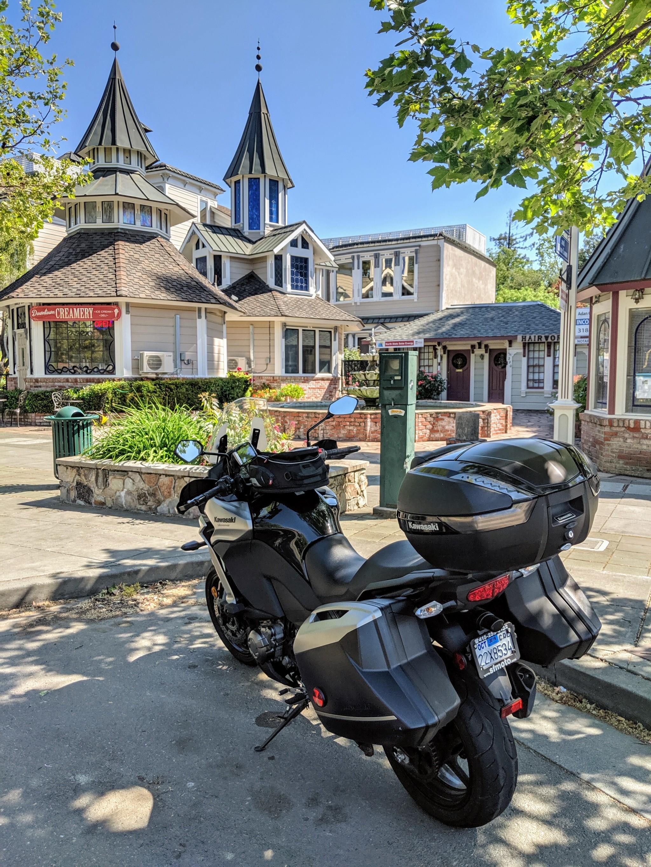 La Kawasaki Versys parkeggiata per la prima e breve sosta nella simpatica cittadina di Cloverdale, CA