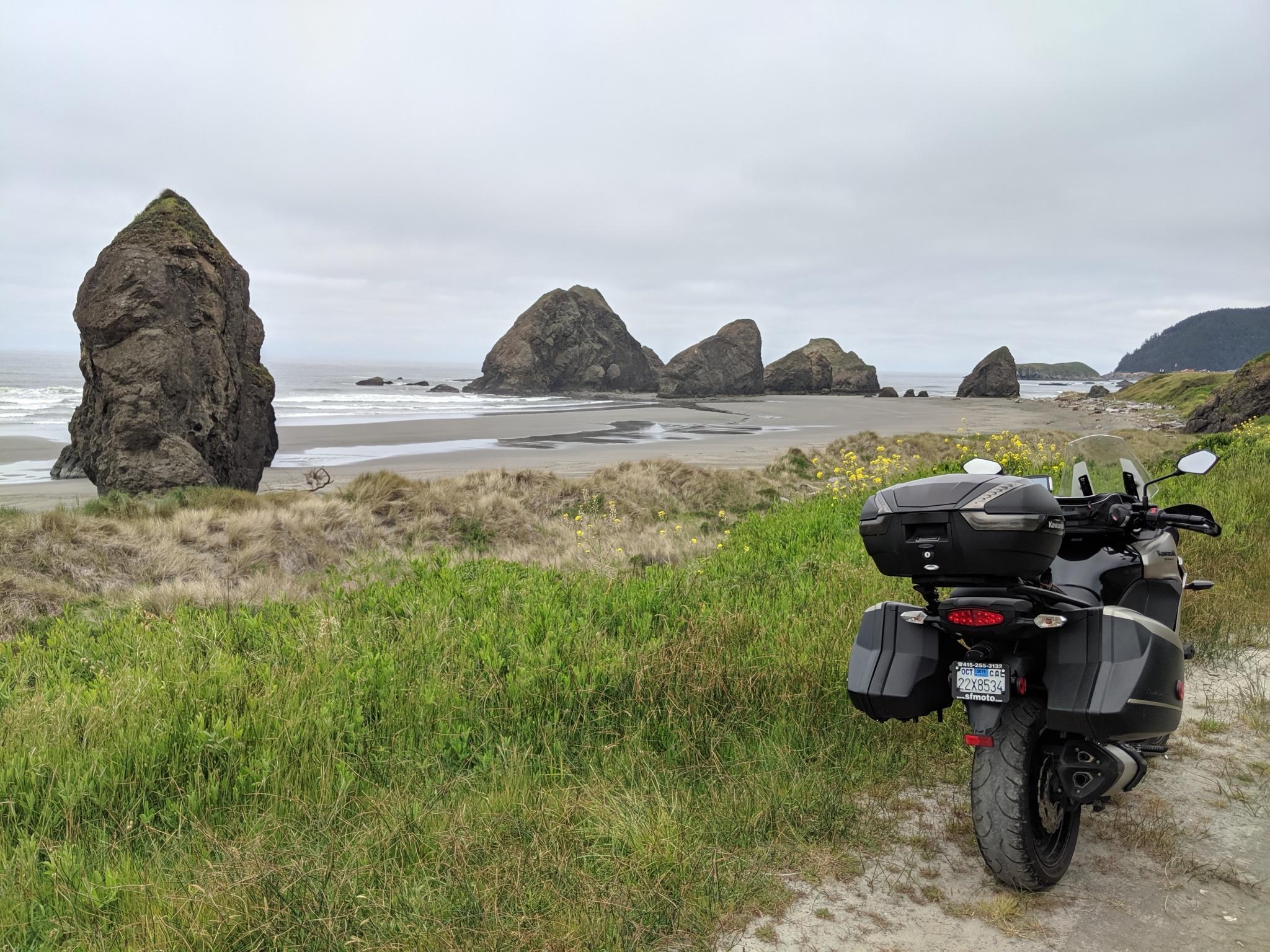 Spettacolari scogli lungo la bellissima e selvaggia costa dell'Oregon del sud. Bellissima e in questa stagione anche freddissima, in particolare quando la si percorre in sella a una Kawasaki Versys.
