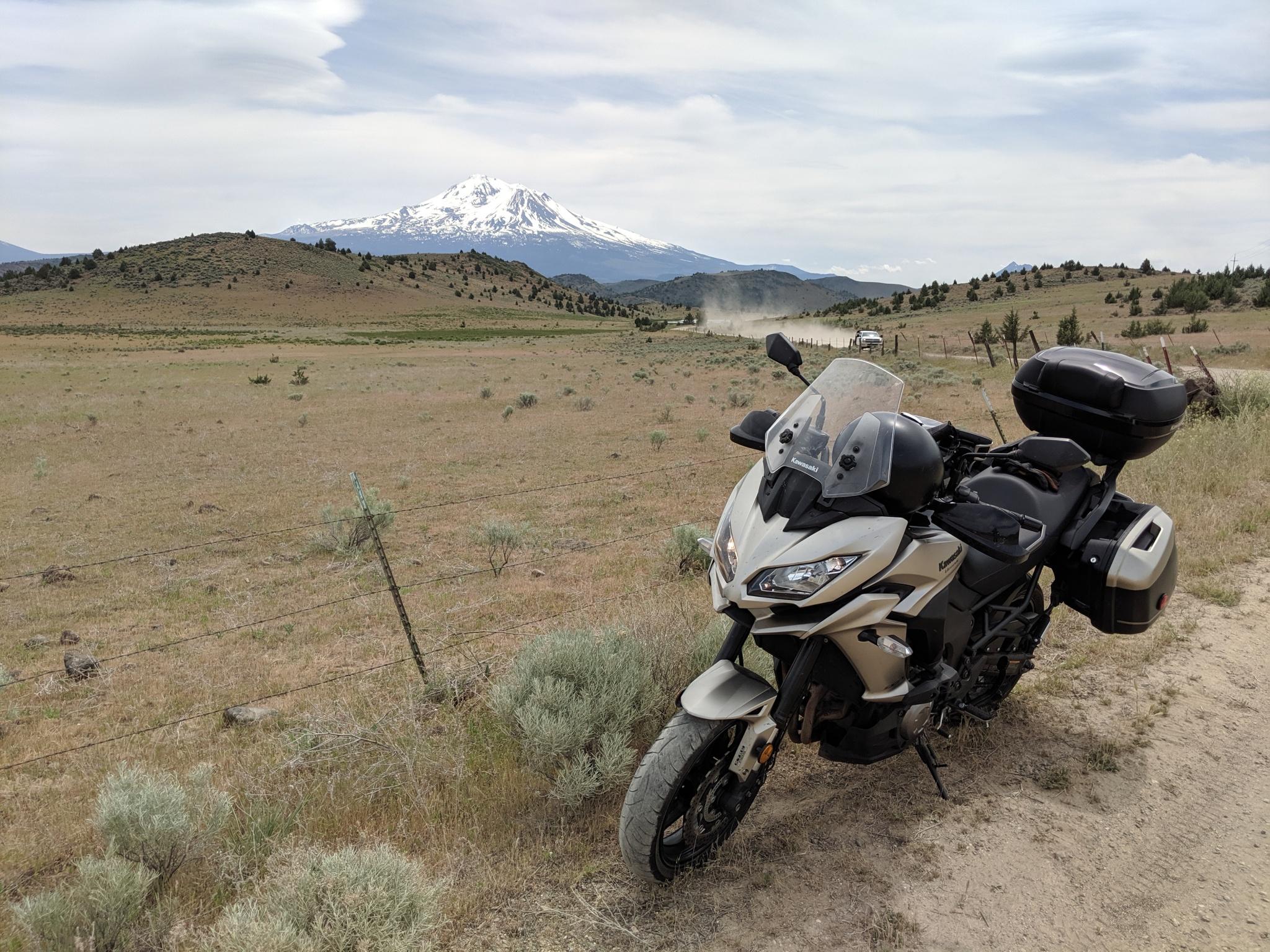 Dopo lunghi km in sella alla Kawasaki Versys, mi avvicino al Mt Shasta, sullo sfondo. Shasta e' un grande vulcano potenzialmente attivo. Il Mount Shasta raggiunge un'altitudine di 4321 metri (14,179 piedi).