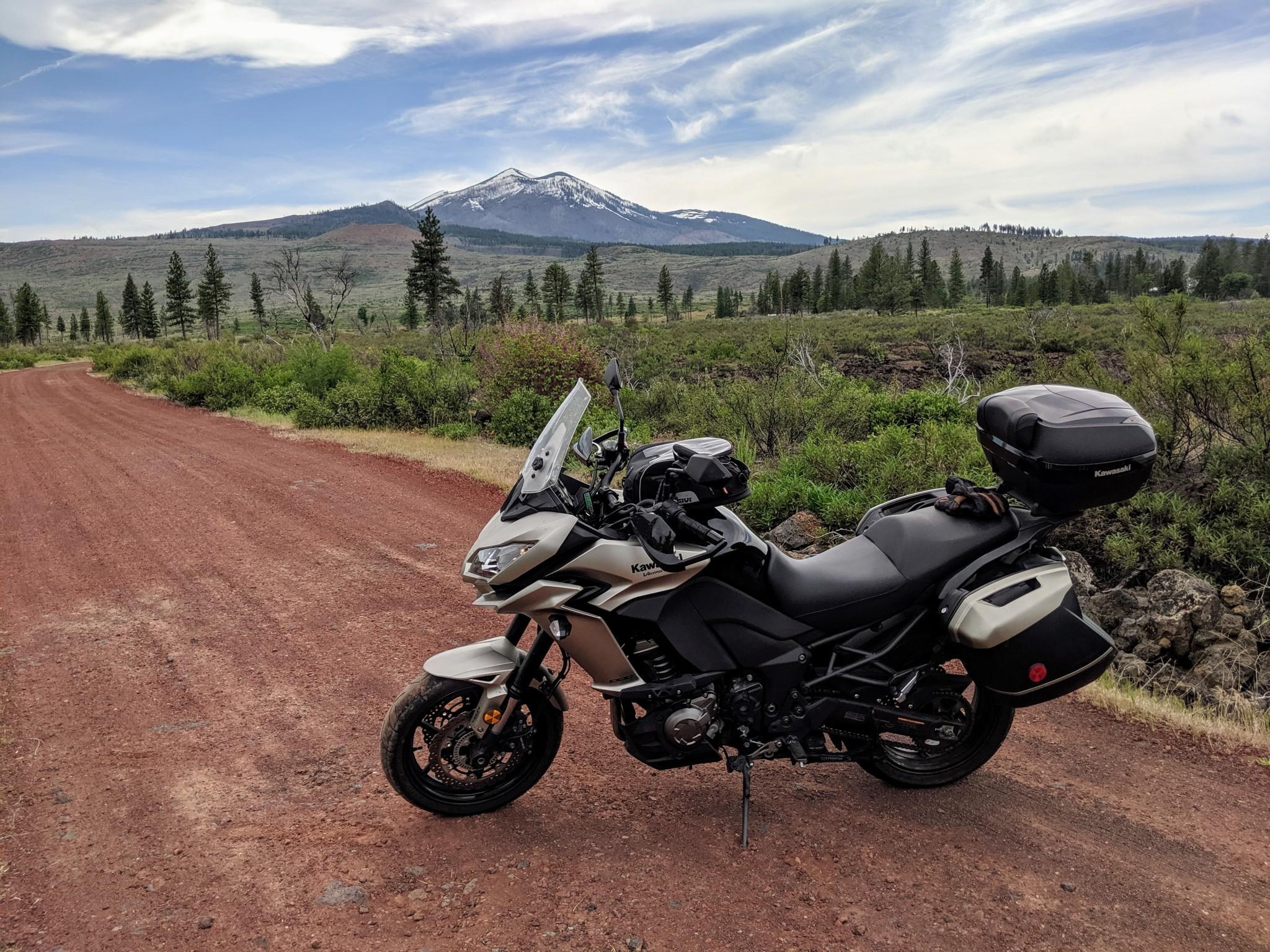 La Kawasaki Versys posa nel bel mezzo di una strada sterrata. Qui siamo in avvicinamento al Lassen Volcanic National Park.