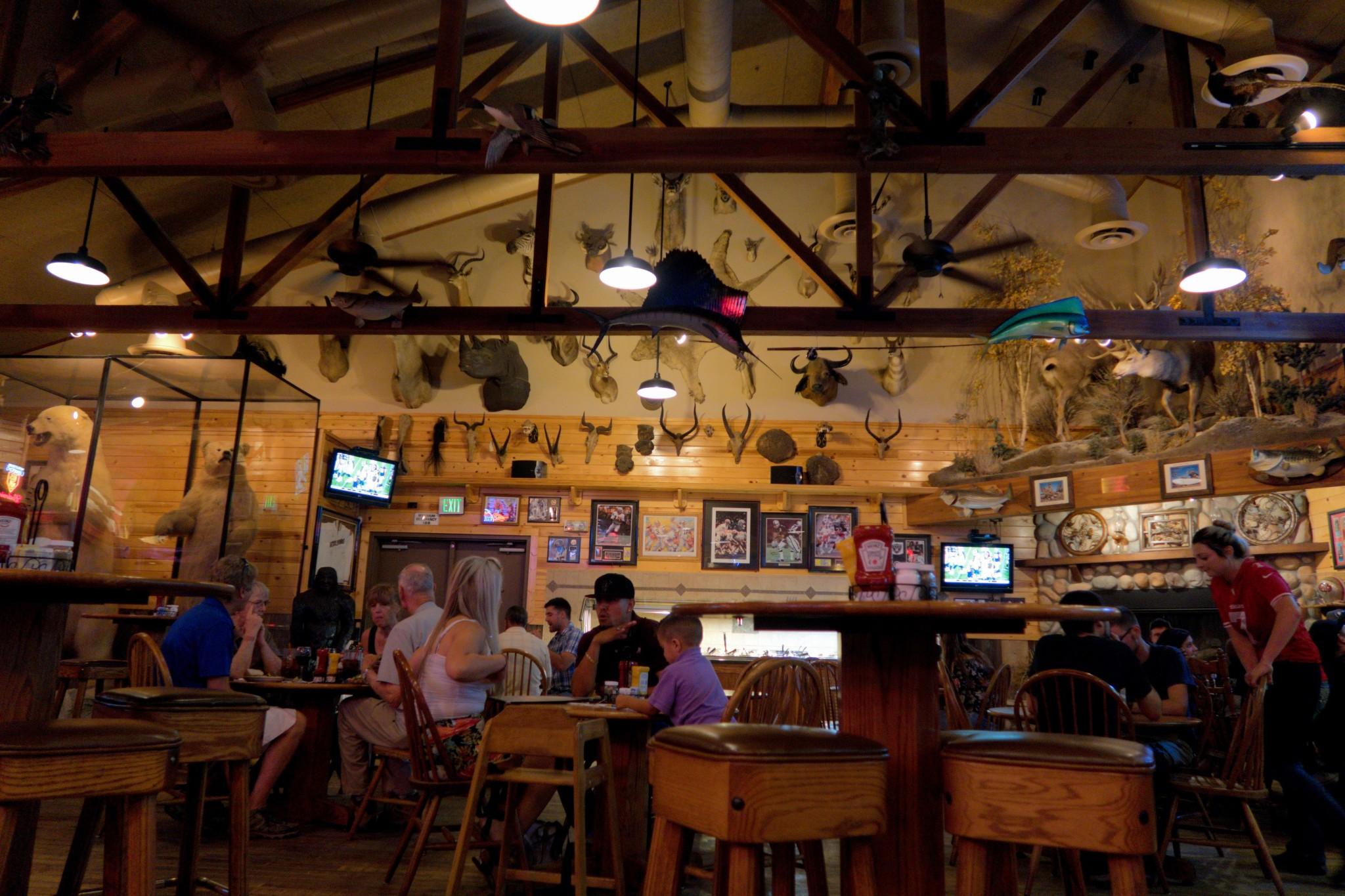 Il ristorante italo-americano Granzella's, lungo la Highway 5 a Williams, CA. Nel ristorante si possono trovare centinaia di trofei di caccia di tutti i continenti, inclusi due giganteschi orsi bianchi impagliati.