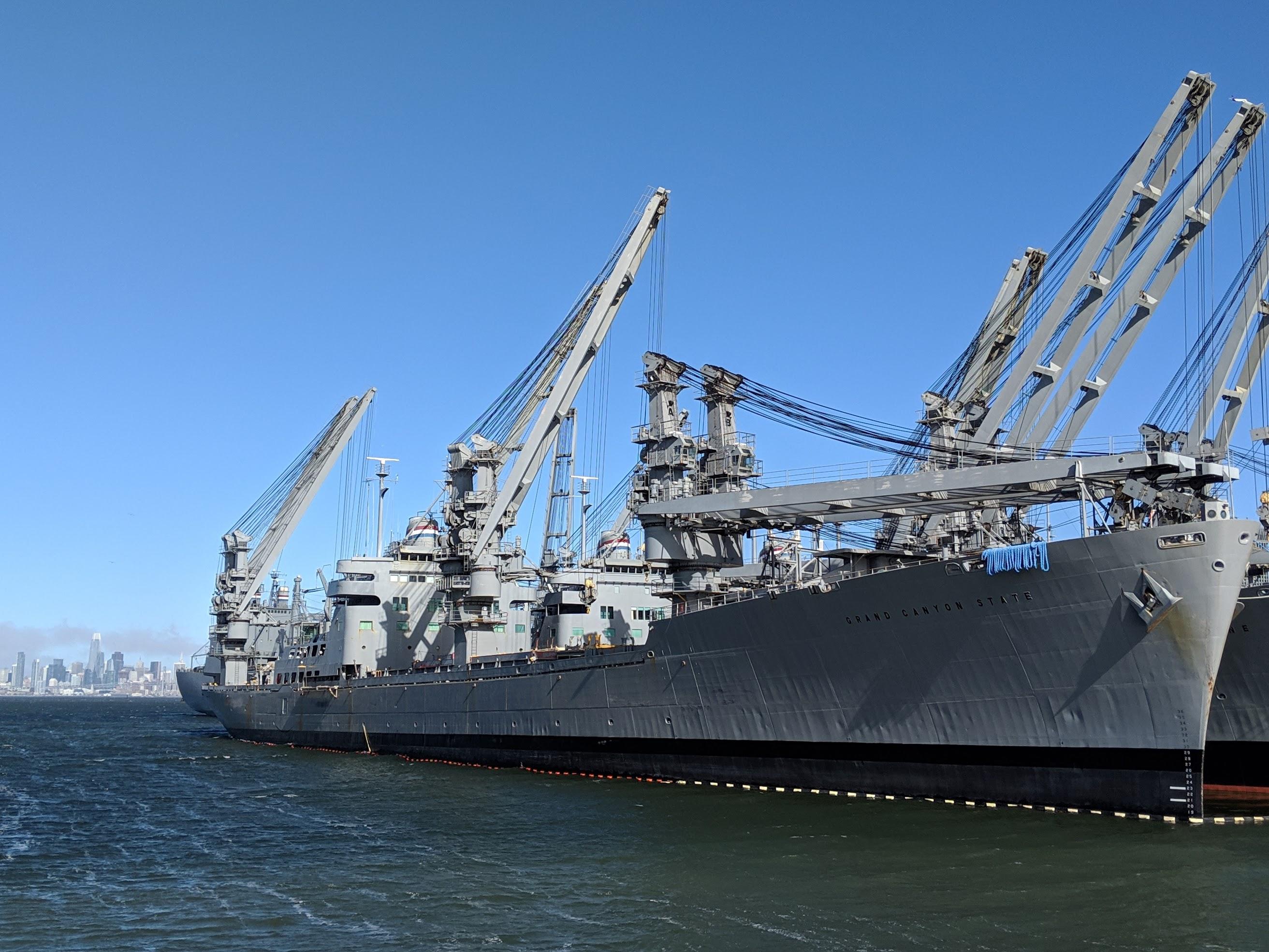 Alcune navi militari non più in uso parcheggiate nel porto militare di Alameda. L'intera zona del porto militare e dell'aeroporto militare offre la possibilità ai runners di improvvisare interessanti percorsi che si muovono tra i vecchi hangars.