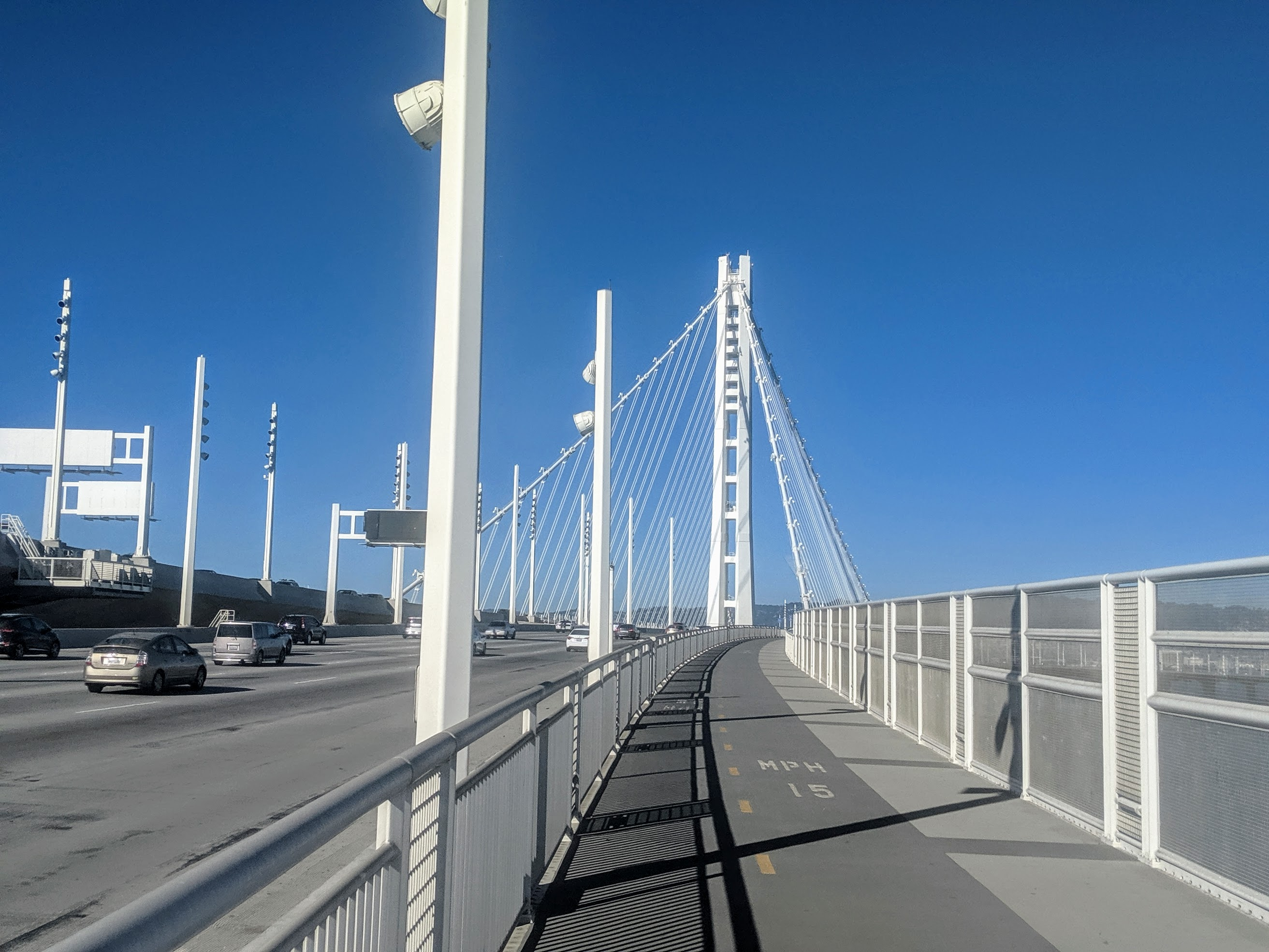 Tra le mie escursioni preferite non poteva mancare il Bay Bridge, Oakland span. Solitamente lascio la macchina o la moto al parcheggio dell'IKEA di Emeryville e sull'altro lato della strada parte il Bay Bridge Trail che porta al ponte. Attraversato questo tratto della baia e raggiunta Treasure Island all'altezza del Bay Bridge Trail Lookout ritorno al punto di partenza. Il percorso totale è di circa 17.3 km.