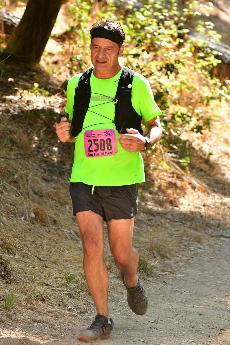 Qui sono stato immortalato in un momento di fatica durante la Redwood Trail Run nell';estate del 2019. Questa mezza maratona si corre sulle colline di Oakland e attraversa splendidi boschi di antiche sequoie (redwoods)