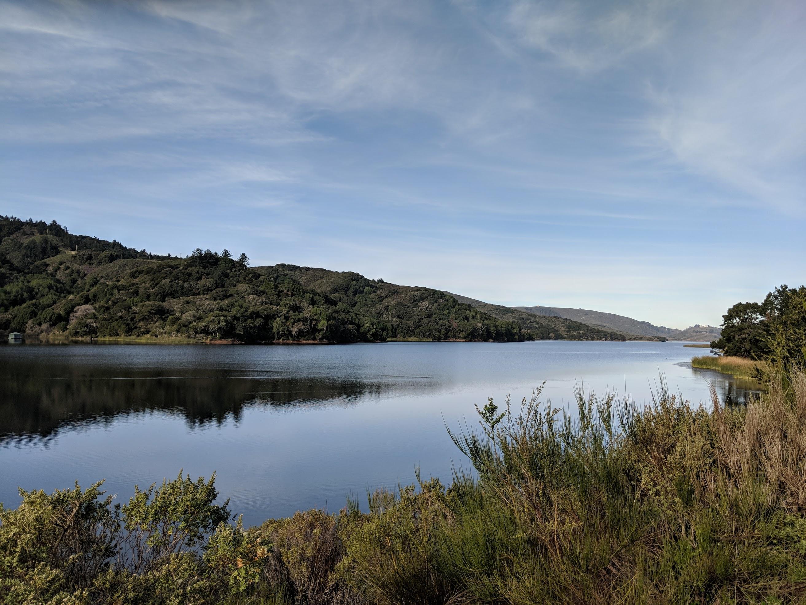 Poco a sud di San Francisco un lago lungo e stretto detto Crystal Spring Reservoir. Il lago occupa esattamente la vallata creata dalla faglia di Sant'Andrea. Lungo il lago, sul lato est, poco lontano dall'autostrada 280 c'è un percorso pedonale e ciclabile assolutamente spettacolare che si chiama Sawyer Camp Trail. È possibile percorrere il trail in direzione nord fino al laghetto successivo che guardacaso si chiama San Andreas Lake. Il sentiero finisce in un parcheggio a fianco all'autostrada dopo circa 10.4 km. Che combinati con il ritorno fanno quasi una mezza maratona.