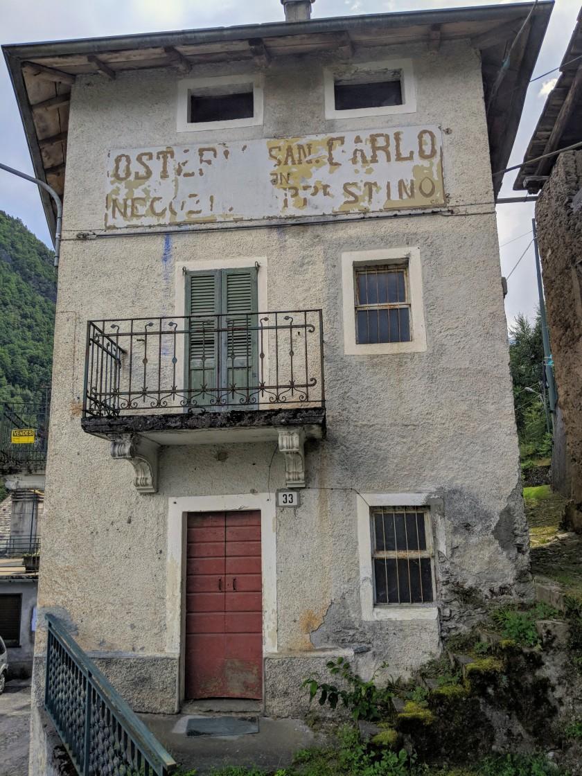 L'antica Osteria e negozio San Carlo ad Arigna (Ponte in Valtellina). Un tempo il punto di ritrovo per gli abitanti del paese e gli occasionali passanti, da lunghi anni non più attiva.