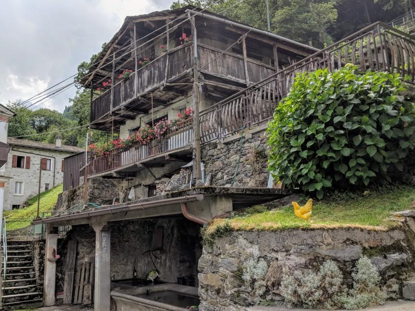 Tradizionale abitazione alpina con fontana e lavatoio. Arigna (Fontaniva), provincia di Sondrio.