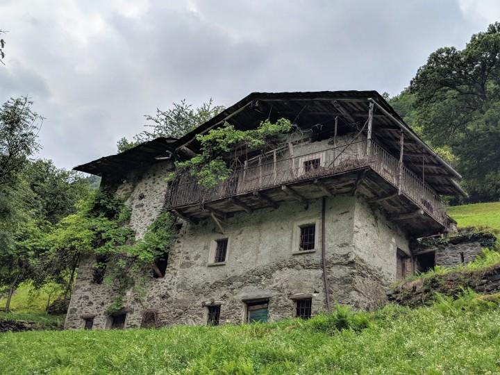 Tradizionale abitazione alpina nella frazione Arigna del comune di Ponte in Valtellina, Sondrio.