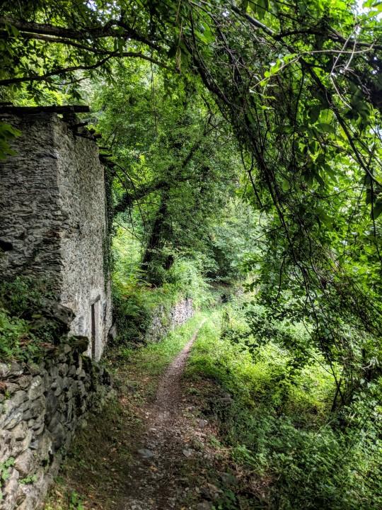 Il sentiero di Rivabella che dal fondovalle (Valtellina) porta all'abitato di Arigna, una frazione del comune di Ponte Valtellina in provincia di Sondrio.