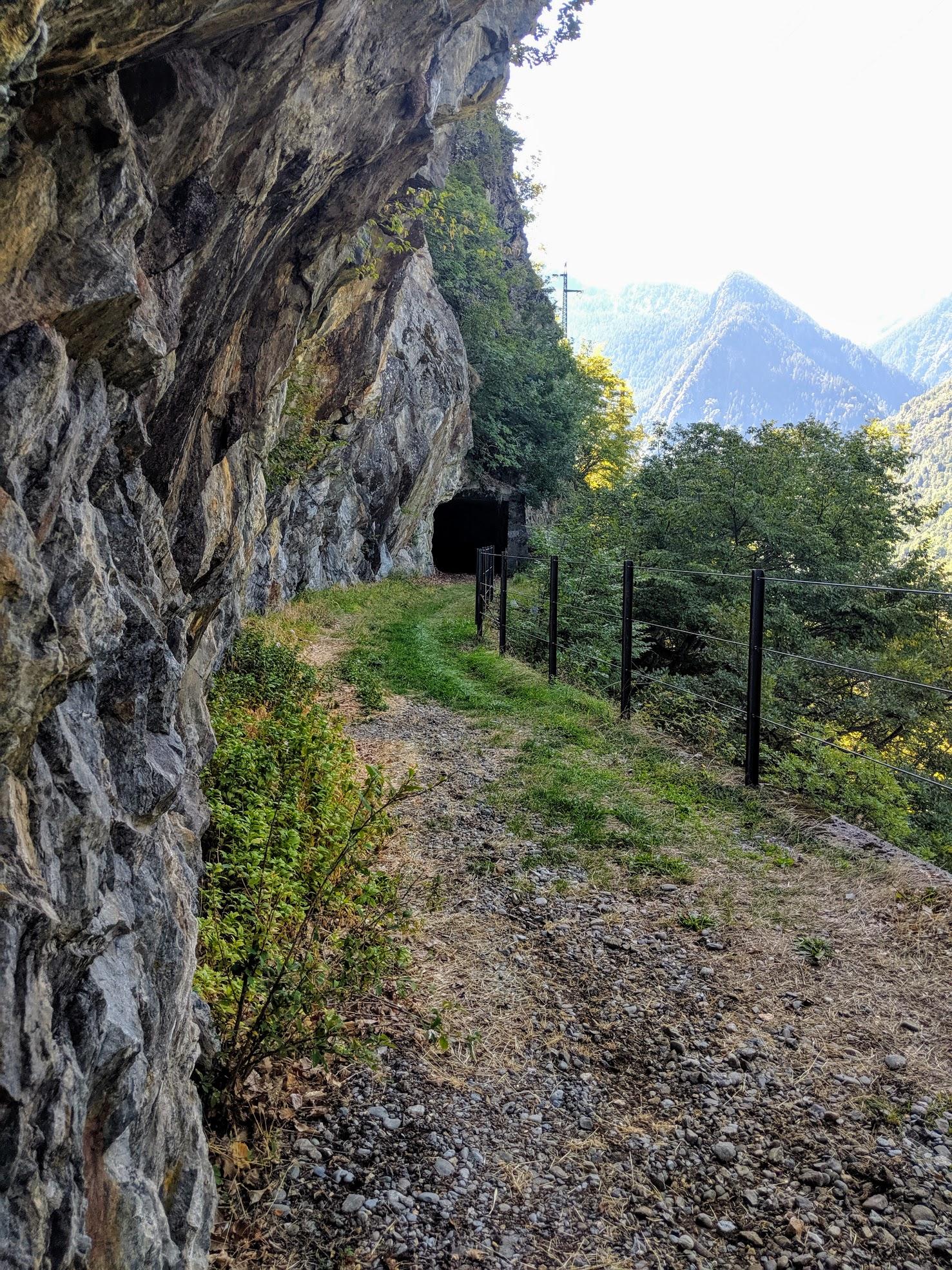 La decauville Arigna-Vedello dopo aver costeggiato l'invaso della localita' Gaggio entra nella Val Venina muovendosi sul ripido fianco della valle. Per attraversare i tratti più ripidi ed esposti a frane la decauville passa per alcune gallerie aggiungendo una insolita variante ai runners che volessero avventurarsi in questa splendida zona.