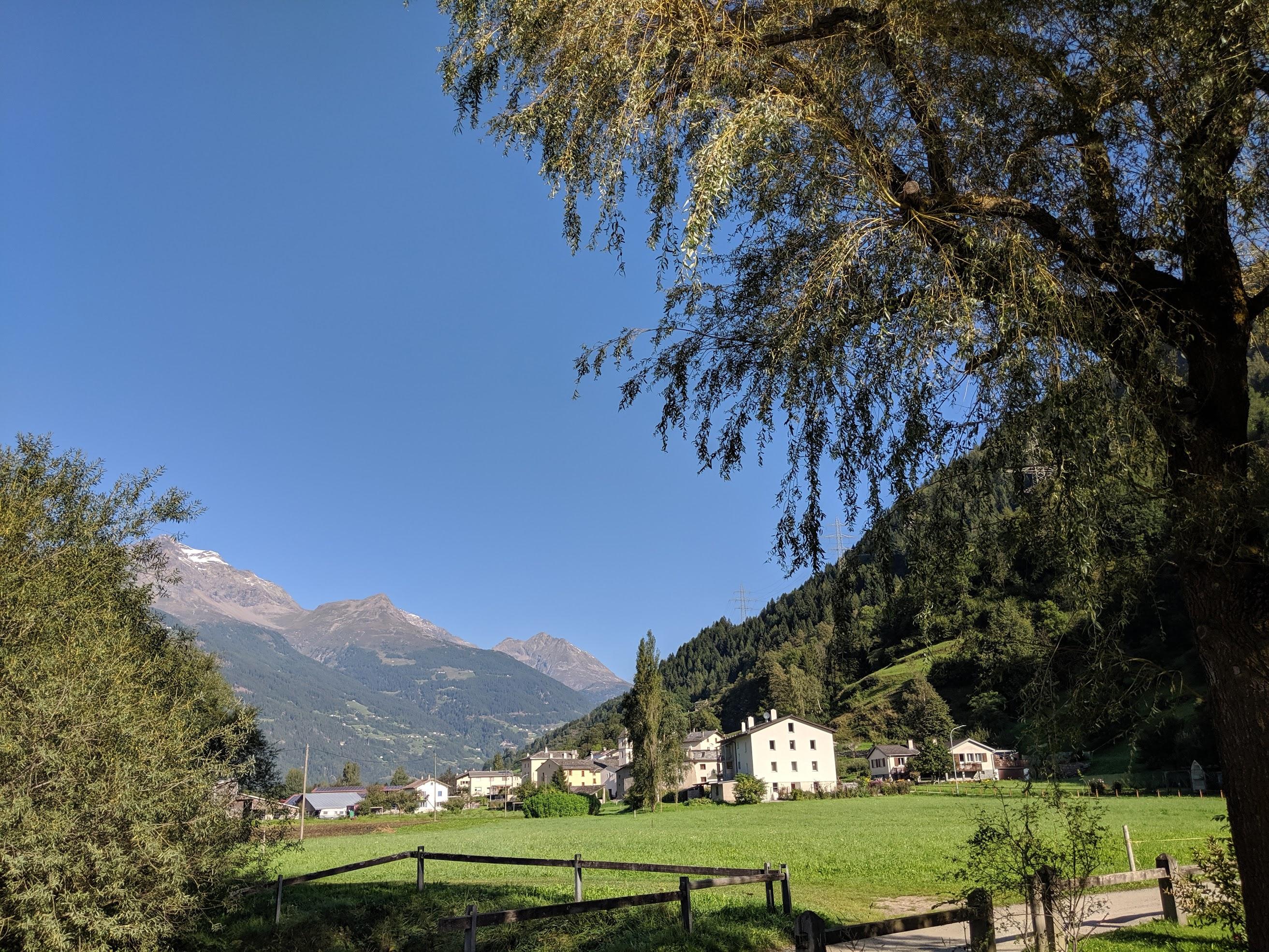 Tecnicamente qui siamo usciti dalla Valtellina. Siamo infatti sul bordo del vicino lago di Poschiavo in Svizzera. Il lago è così vicino al confine che un runner determinato potrebbe arrivarci direttamente dall'italia attraversando la frontiera correndo. Il giro del lago è uno dei percorsi più belli che abbia mai fatto ed è lungo 7.3 km.