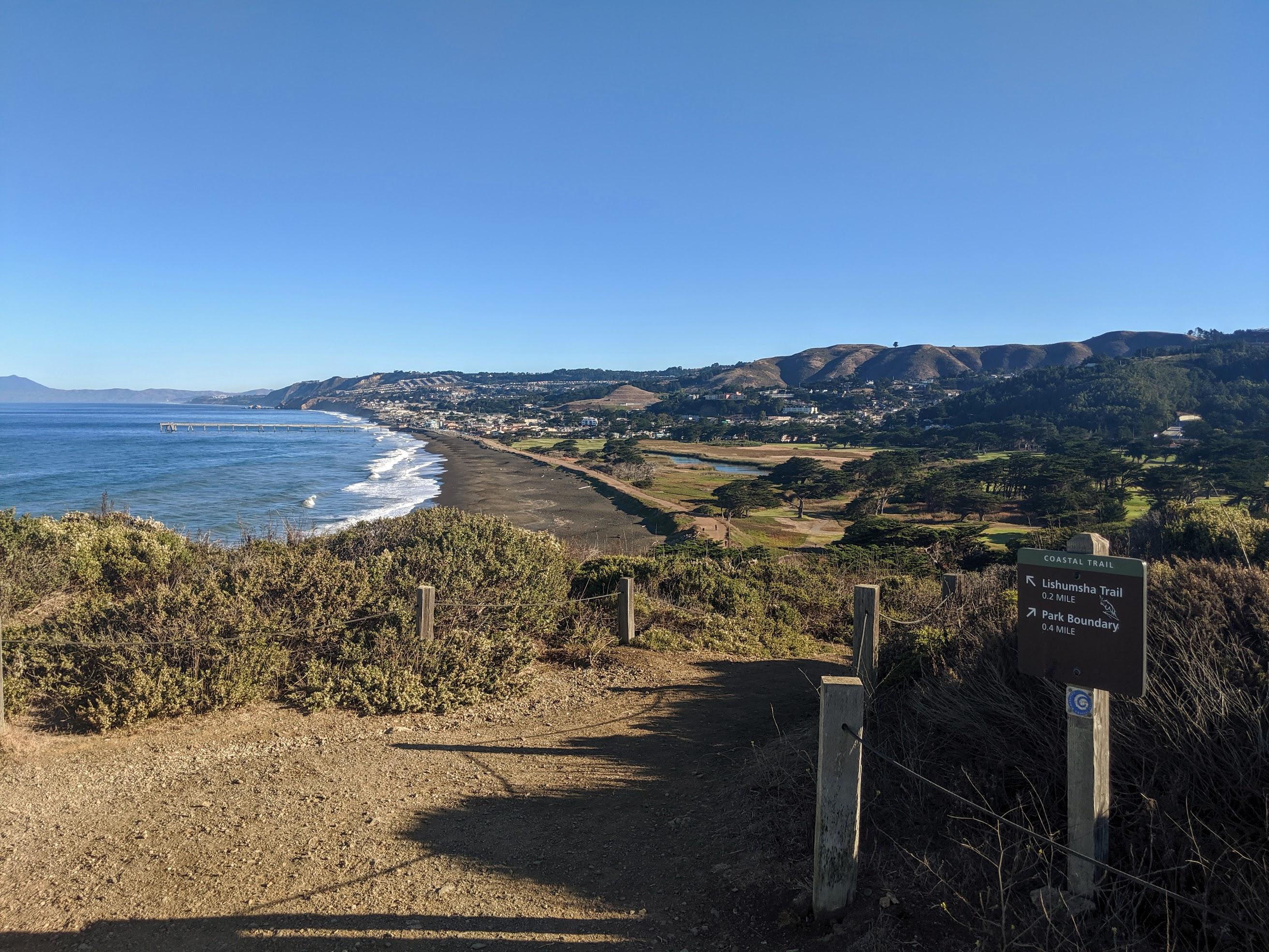 Poco a sud di San Francisco c'è un altro dei miei percorsi preferiti. Si tratta di un percorso che parte dalla spiaggia di Pacifica State Beach, risale a nord fino a Rockaway Beach e poi sale lungo alcuni sentieri sulle colline che separano Rockaway dalle case di Pacifica. Per puntiglio a Pacifica percorro il pontile fino all'estremità' per poi invertire la marcia e tornare al punto di partenza. L'intero percorso, andata e ritorno, supera di poco i 10 km.