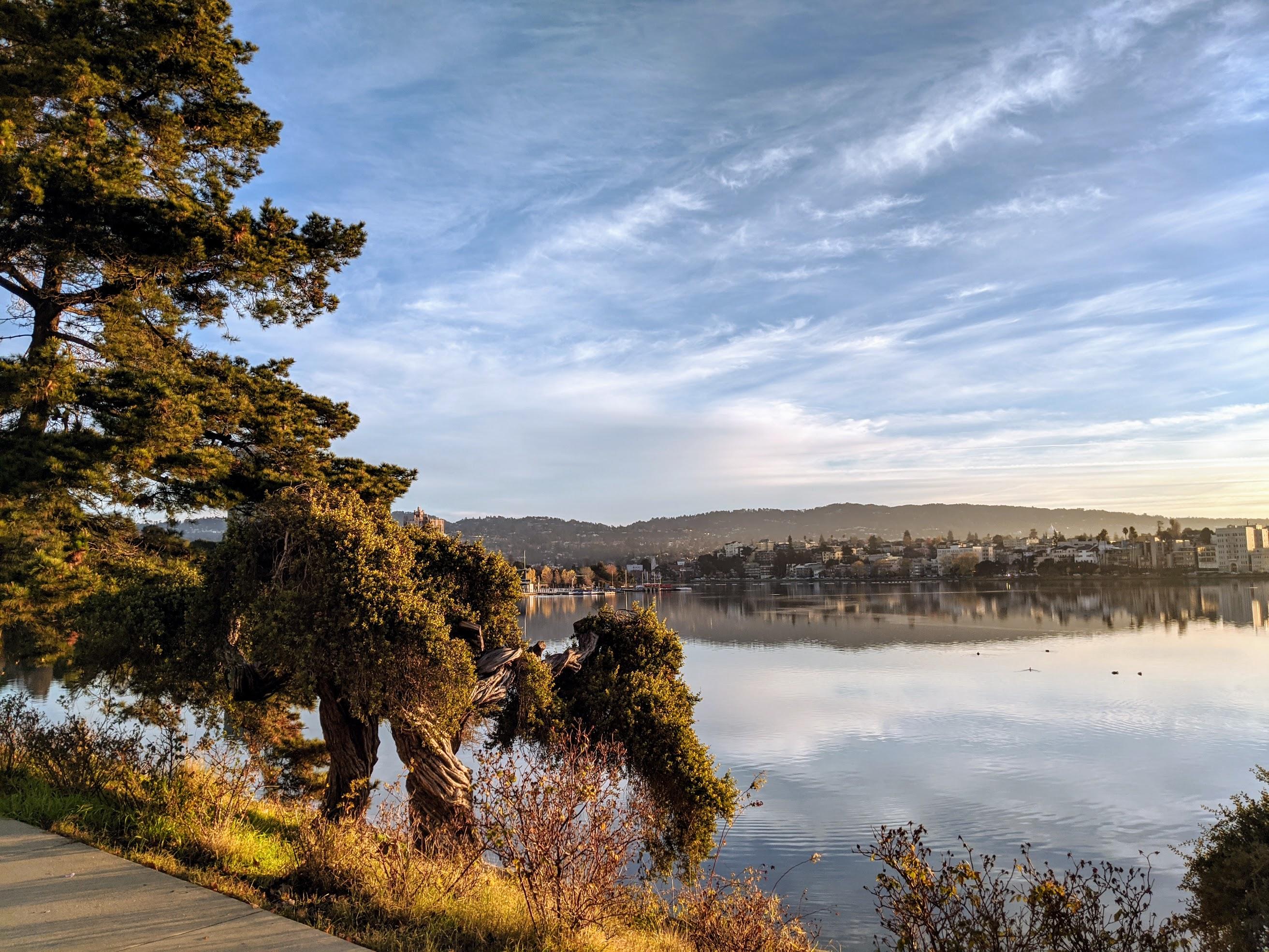 Lake Merritt a Oakland, CA. L'intero loop attorno al lago è percorribile lungo un tracciato di uso esclusivo per runner e camminatori.