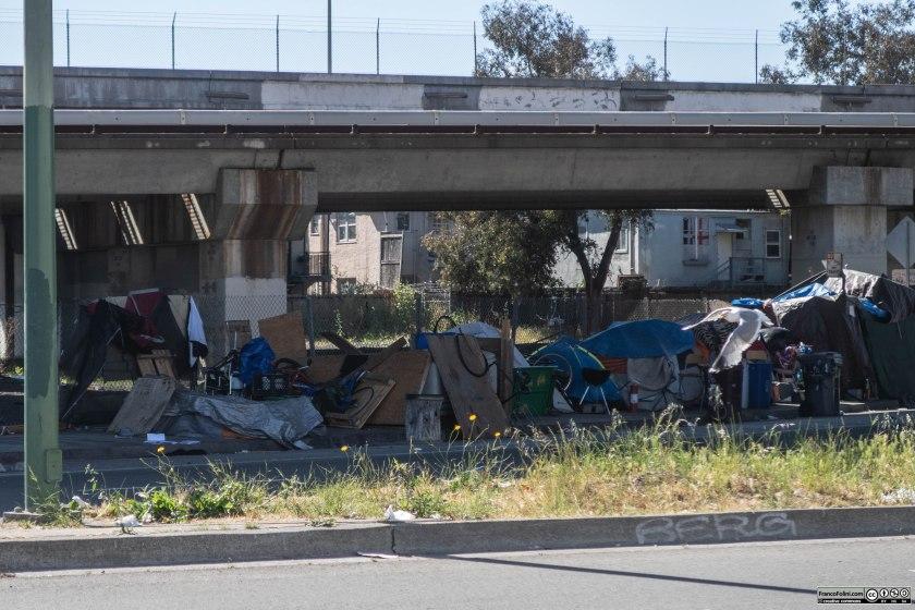 Cavalcavia autostradale nel centro di Oakland con altre tende abitate da homeless. Il clima della zona non è particolarmente rigido ma la lunga stagione delle piogge invernali rende la vita di questi poveri homeless estremamente difficile.
