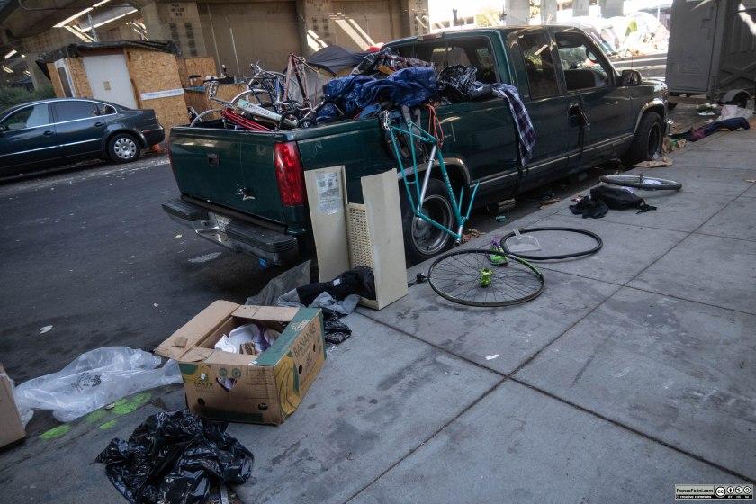 Il commercio di biciclette rubate e lo smembramento delle biciclette in parti più facilmente rivendibili sul mercato e' una tipica attività che si può osservare nella gran parte degli accampamenti di homeless.