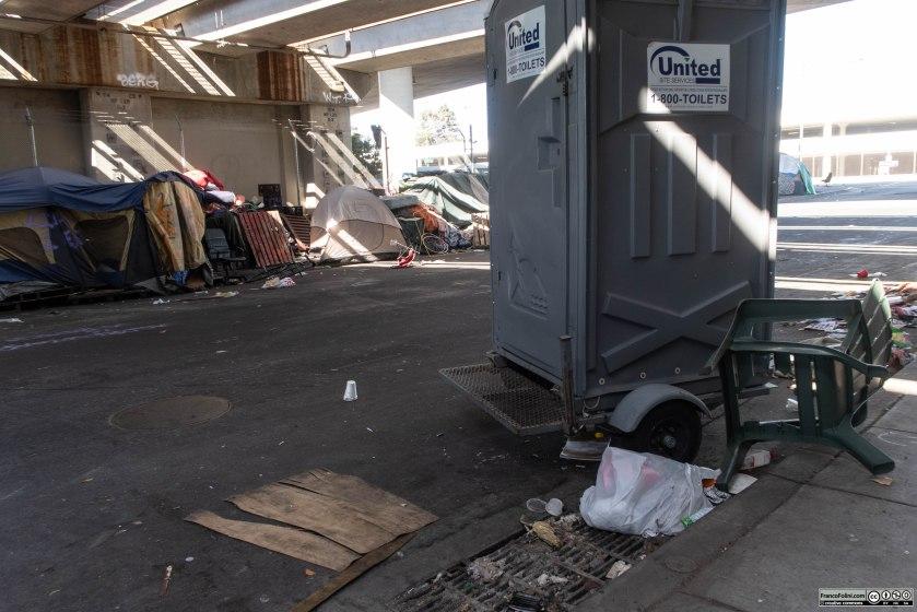 Nei villaggi di homeless le condizioni igieniche e sanitarie sono terribili. La città di Oakland cerca di limitare il problema rendendo disponibili dei bagni portatili all'accampamento.